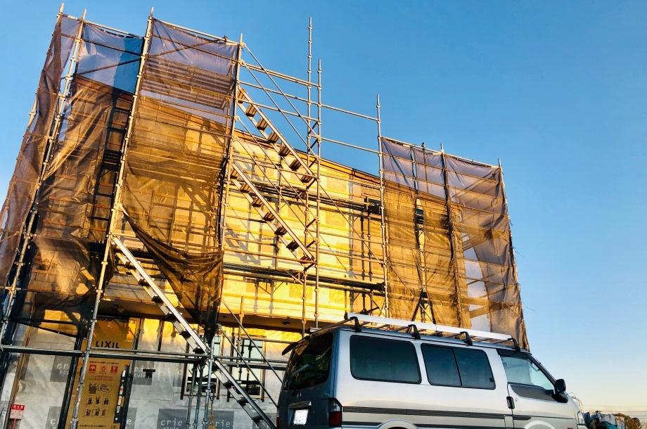 大きな窓と、大空に包み込まれるバルコニーのあるお家。