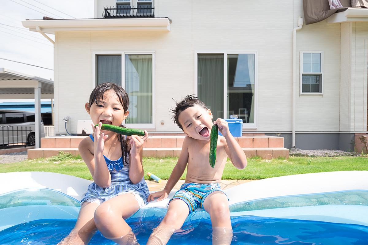 プールで遊ぶ子供の写真