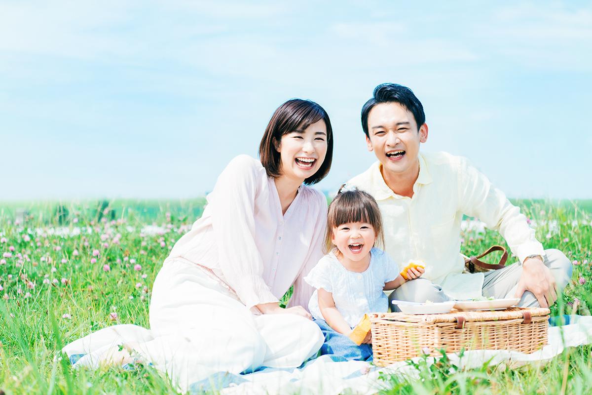 喜ぶ家族の写真