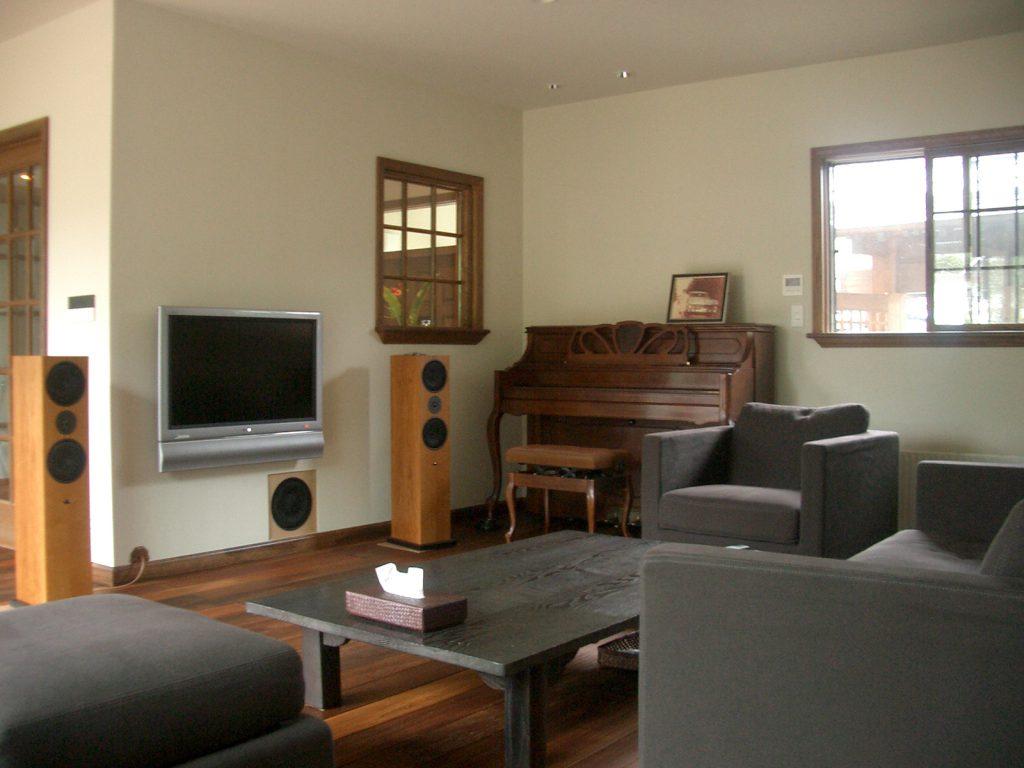 お気に入りの家具やオーディオが並ぶ広々リビング